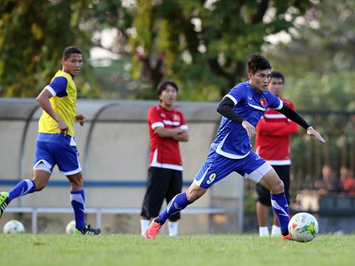 Anh Đức (trái) có thể đá cặp với Công Vinh trên hàng công khi tuyển Việt Nam cần một trận thắng đậm Ảnh: Quang Liêm