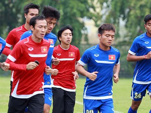 Thầy trò HLV Miura cùng rèn thể lực để sẵn sàng cho trận bán kết lượt về AFF Cup 2014Ảnh: Quang Liêm