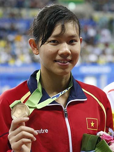 Ánh Viên với chiếc huy chương đầu tiên của bơi lội Việt Nam tại Á vận hội Ảnh: REUTERS
