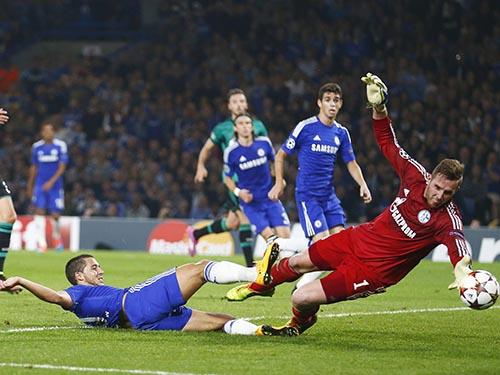 Chelsea của Hazard (trái) khiến CĐV thất vọng khi bị Schalke 04 sứt mẻ lực lượng cầm chân 1-1Ảnh: REUTERS
