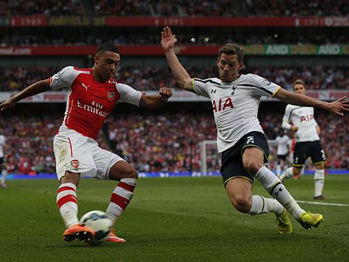 Chamberlain (trái) nhiều khả năng sẽ chuyển vào đá tiền vệ trung tâm khi tuyến giữa Arsenal đang sứt mẻ Ảnh: REUTERS