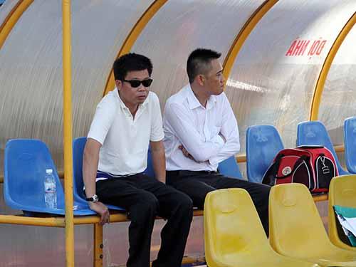 Bầu Trường (trái) trong một lần xem V.Ninh Bình thi đấu tại V-League 2014 Ảnh: Hải Anh