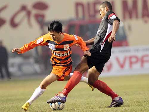 Tiền vệ Trần Mạnh Dũng (trái) trong trận hòa ĐTLA 2-2, một trong 4 trận đấu ở V-League 2014 bị nghi dàn xếp tỉ sốẢnh: Hải Anh