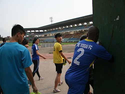 Cầu thủ Hoàng Vissai giận dữ đẩy cửa khi nhân viên bảo vệ của sân  Ninh Bình cấm phóng viên