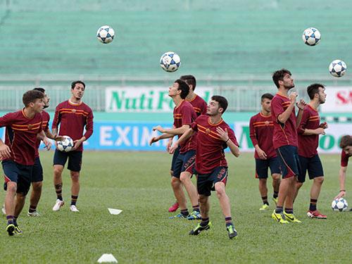 U19 AS Roma tập luyện trước trận khai mạc gặp U19 Việt Nam Ảnh: Quang Liêm