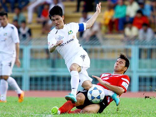 Công Vinh (trái) là người mở tỉ số và kiến tạo cho Hồng Việt ghi bàn thứ hai giúp SLNA thắng chủ nhà ĐTLA 2-1Ảnh: Minh Ngọc