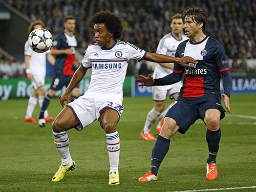 Willian (trái), một trong những niềm hy vọng của Chelsea ở hàng tiền vệ. Cuối tuần qua, ngôi sao Brazil này đã ghi 1 bàn thắng đẹp vào lưới StokeẢnh: REUTERS