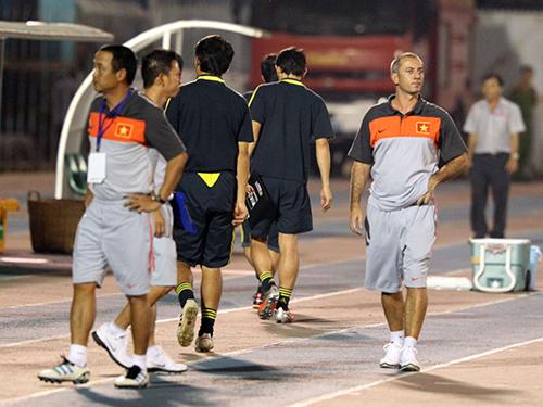 HLV Graechen (phải) đã thấy được những hạn chế của U19 Việt Nam sau 2 thất bại vừa quaẢnh: Quang Liêm