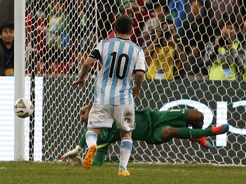 Thủ môn Jefferson cản quả đá phạt đền của Messi cuối hiệp 1Ảnh: REUTERS