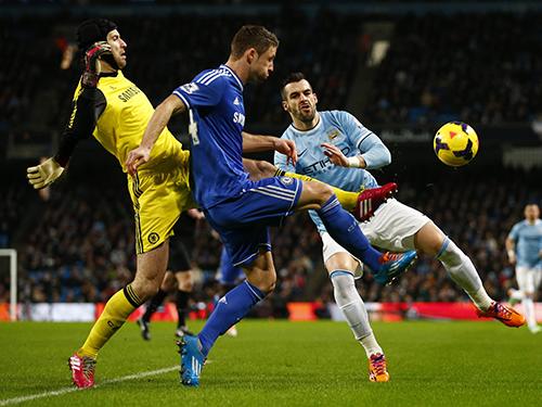 Tiền đạo Negredo (phải) của Man City bất lực trước hàng thủ Chelsea Ảnh: REUTERS
