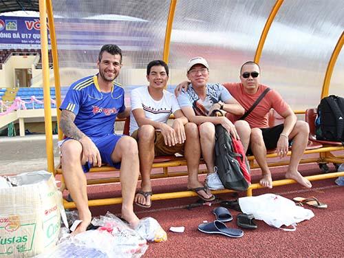 Văn Trương (thứ hai từ trái sang) trong một hoạt động giao lưu tại VCK Giải Bóng đá U17 quốc gia tại Huế