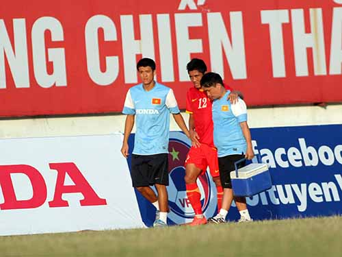 Hậu vệ Văn Long (giữa) chấn thương trong trận Việt Nam thắng Hồng Kông 3-1 chiều tối 6-9  Ảnh: Hải Anh