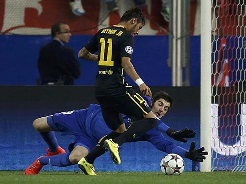 Thủ môn Courtois góp công lớn giúp Atletico Madrid loại Barcelona của Neymar ở tứ kếtẢnh: REUTERS