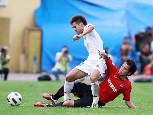 Sỹ Cường (trái) tranh bóng với Thonglao trong trận Hà Nội T&T hòa Muangthong 0-0 ở AFC Cup 3 năm trướcẢnh: Hải Anh