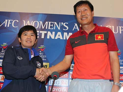 HLV Trần Vân Phát tự tin hơn đồng nghiệp Srathongvian trong cuộc họp báo trước trận play-off Ảnh: Quang Liêm