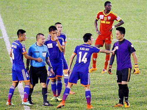 Trọng tài Phùng Đình Dũng bị CLB HV An Giang và CĐV chỉ trích vì có một số quyết định bất lợi trong trận  đội chủ nhà thua Than Quảng Ninh 1-2Ảnh: Dương Thu