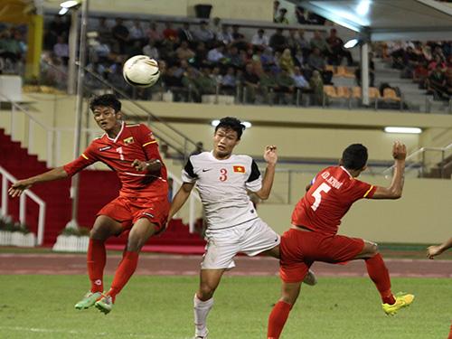 Đông Triều (3) và các hậu vệ U19 Việt Nam chống bóng bổng không tốt trước U19 Myanmar