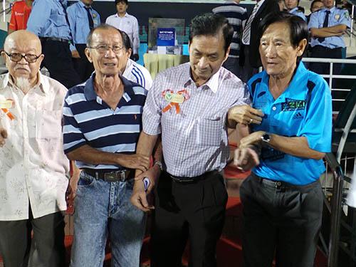 Vào cuối đời, bệnh tật khiến ông Tam Lang (thứ hai từ phải qua) đi đứng khó khăn nhưng ông không nề hà tham gia những sự kiện đầy ý nghĩaẢnh: Quang Liêm