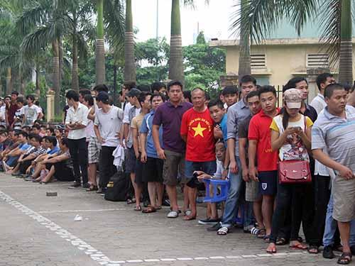 CĐV Hà Nội xếp hàng mua vé xem trận U19 Việt Nam - U19 Nhật Bản cũng như trận bán kết Ảnh: Hải Anh