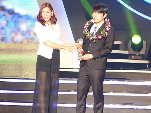 HLV Graechen tin rằng Minh Vương (phải) sẽ tạo thêm sức sống mới cho hàng công U19 Việt Nam  sau khi chơi thành công và nhận danh hiệu Cầu thủ trẻ hay nhất V-League 2014Ảnh: Quang Liêm