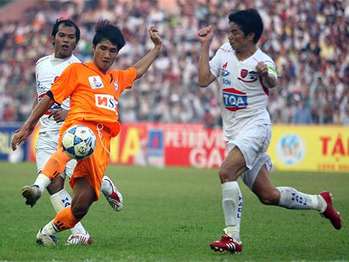Quốc Anh (giữa) trong màu áo SHB Đà Nẵng ở V-LeagueẢnh: Quang Liêm