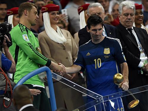 Messi (phải) nhận giải thưởng Cầu thủ xuất sắc nhất giải nhưng buồn vì lỡ hẹn với cúp vàngẢnh: REUTERS
