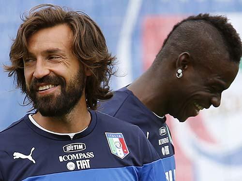 Pirlo (trái) và Balotelli tự tin trong buổi tập của đội ÝẢnh: REUTERS