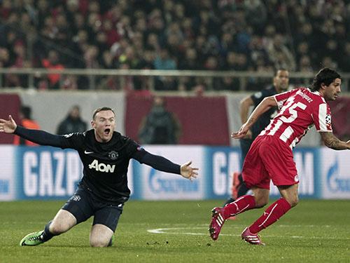 Rooney (trái) và hàng công M.U cần phải vùng dậy mạnh mẽ mới lật ngược được tình thế trước Olympiakos Ảnh: REUTERS