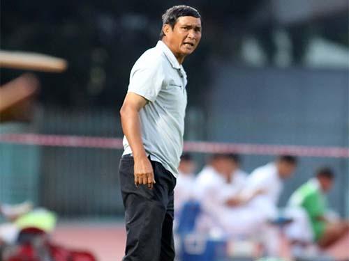 HLV Mai Đức Chung trong trận Thanh Hóa thua chủ nhà ĐTLA 0-2 vào tối 19-7 Ảnh: Quang Liêm