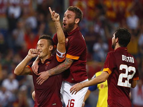 Totti (bìa trái) đang giữ kỷ lục cầu thủ lớn tuổi nhất ghi bàn tại Champions League với pha gỡ hòa trong trận gặp Man CityẢnh: REUTERS