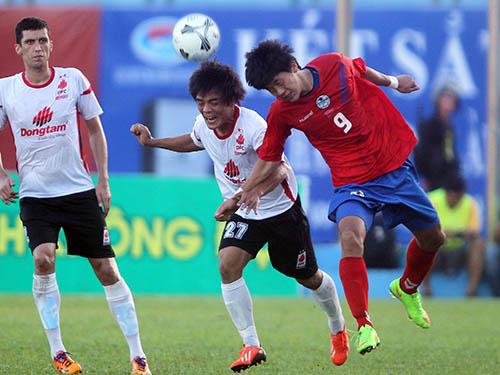 ĐTLA (trắng) thắng Sinh viên Hàn Quốc 2-1 trong trận mở màn BTV Cup 2014 chiều tối 7-11  Ảnh:  Quang Liêm