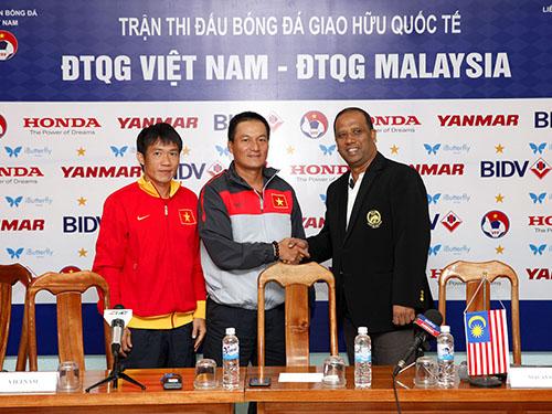 Tiền vệ Tấn Tài, trợ lý HLV Ngô Quang Sang và HLV trưởng Malaysia Dollah Salleh tại buổi họp báo Ảnh: Hải Anh