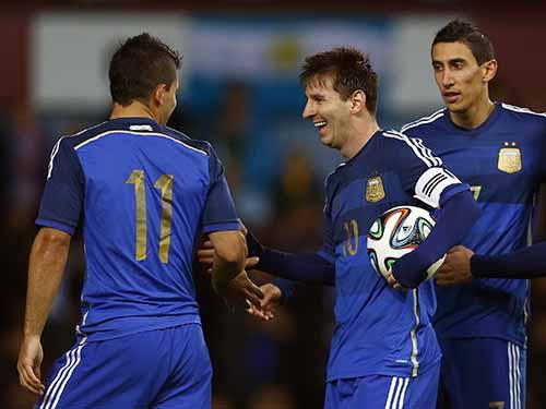 Messi (giữa) chỉ nhỉnh hơn Ronaldo ở thành tích tại đội tuyển quốc gia khi Argentina vào đến trận chung kết World CupẢnh: REUTERS