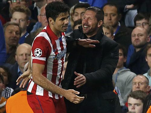 HLV Simeone chúc mừng Diego Costa sau khi nâng tỉ số 2-1 trên chấm 11 mẢnh: Reuters