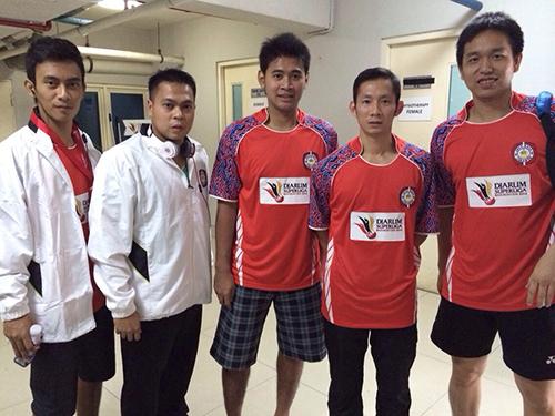 Tiến Minh (thứ hai từ phải sang) cùng các đồng đội trong màu áo CLB Jarayara Jakarta Ảnh: Minh Ngọc