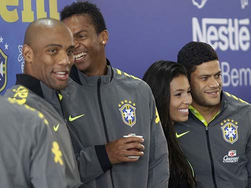 Tiền đạo Hulk (bìa phải) chụp ảnh lưu niệm với CĐV trong ngày đầu toàn đội Brazil tập trungẢnh: REUTERS