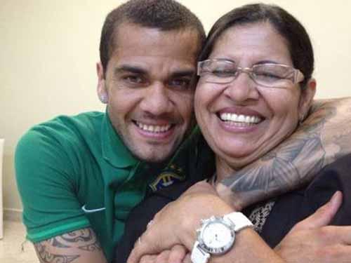 Daniel Alves (trái) trong buổi tập của đội Brazil và bên mẹ - bà Dona (ảnh nhỏ)Ảnh: REUTERS - Globo