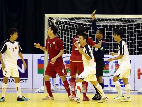 Đội Việt Nam (áo trắng) không chỉ thắng mà còn chơi fair-play hơn đội Thái LanẢnh: Minh Ngọc