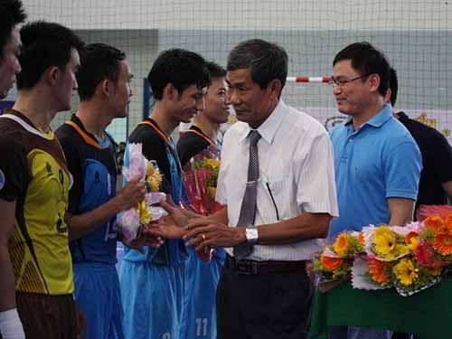 BTC giải futsal toàn quốc 2014 tặng hoa cho hai đội đá trận khai mạc