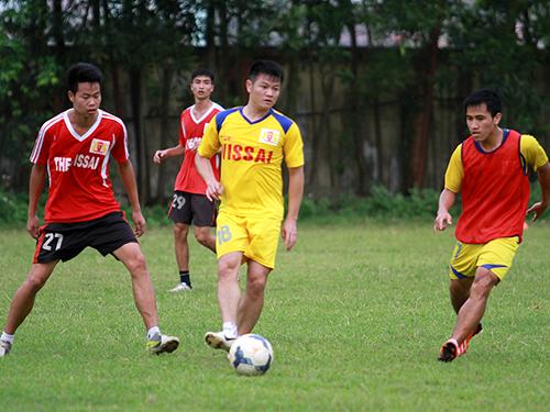 Văn Quyến (giữa) trong trận đấu tập giữa V.Ninh Bình với các cầu thủ trẻ của CLB
