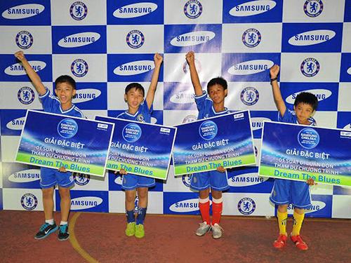 4 cầu thủ nhí được chọn sang thăm CLB Chelsea và giao lưu với 3 ngôi sao Torres, Hazard và Terry