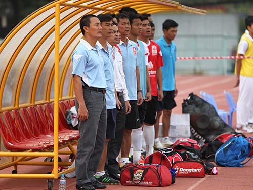 HLV Ngô Quang Sang (bìa trái) vẫn được lãnh đạo CLB và cầu thủ ĐTLA tin tưởngẢnh: Quang Liêm