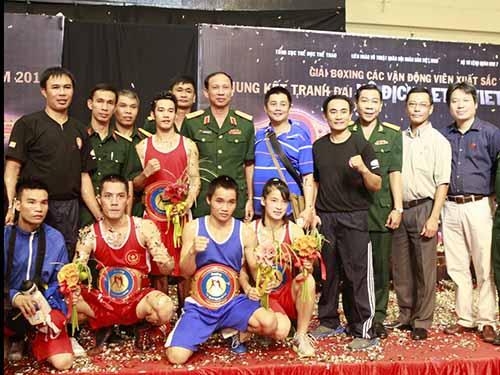 Các nhà vô địch boxing năm 2014 chụp ảnh lưu niệm với BTC và HLVẢnh: Ngọc Linh