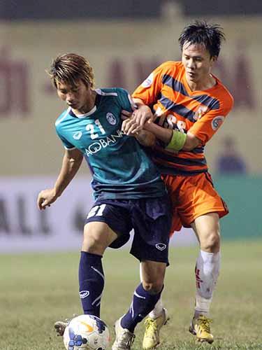 Mạnh Dũng (trái) trong trận gặp Yangon United ở AFC Cup 2014 Ảnh: Hải Anh