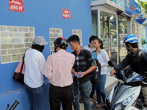 Người hâm mộ mua vé lượt trận đầu của bảng A sáng 10-5Ảnh: Đông Linh