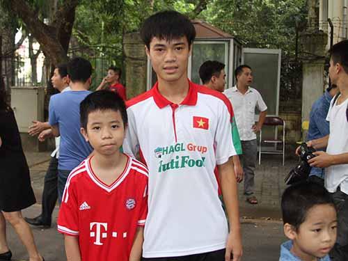 Một bạn nhỏ chụp ảnh lưu niệm với Văn Toàn tại Hà Nội sáng 14-9Ảnh: Minh Ngọc