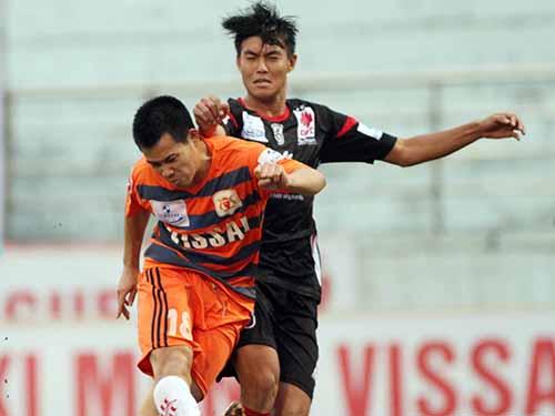 Anh Tuấn (trái) trong trận hòa ĐTLA 2-2, 1 trong 4 trận đấu nghi bị cầu thủ V. Ninh Bình dàn xếp tỉ số tại V-League 2014. Anh Tuấn là 1 trong 9 cầu thủ được cho là nhận tiền thắng độ sau khi tham gia cá cược và dàn xếp tỉ số trận gặp Kelantan tại AFC Cup 2014 tối 18-3Ảnh: Hải Anh