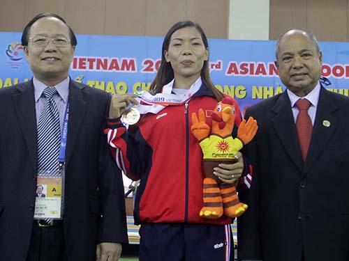 Bộ trưởng Bộ VH-TT-DL Hoàng Tuấn Anh (trái) chụp ảnh lưu niệm với HCV cự ly 60 m Vũ Thị Hương tại Đại hội Thể thao trong nhà châu Á 2009 ở Hà NộiẢnh: Hải Anh