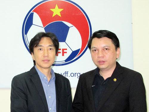 HLV Toshiya Miura (trái) và Tổng Thư ký VFF Lê Hoài Anh sau cuộc thương thảo hợp đồngẢnh: VFF