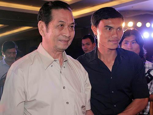 """""""Thương hiệu"""" Tam Lang gắn với bóng đá đẹp, cống hiến, fair-play: Ông cùng Tài Em - người tố cáo tiêu cực tại SEA Games 2005 của một số tuyển thủ U23 Việt Nam - được BTC Giải thưởng Bóng đá cao thượng vinh danh năm 2012Ảnh: QUANG LIÊM"""